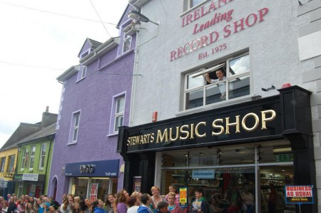 Nathan Carter takes a quick look at the hundreds gathered out Stewart's Music Shop to come and see him